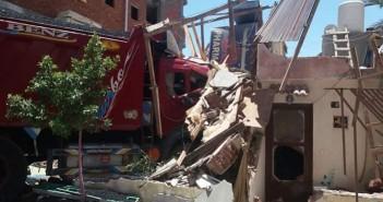 «بدون إصابات».. سيارة نقل ثقل تصطدم بمنزل بالغردقة وتحطمه (صور)