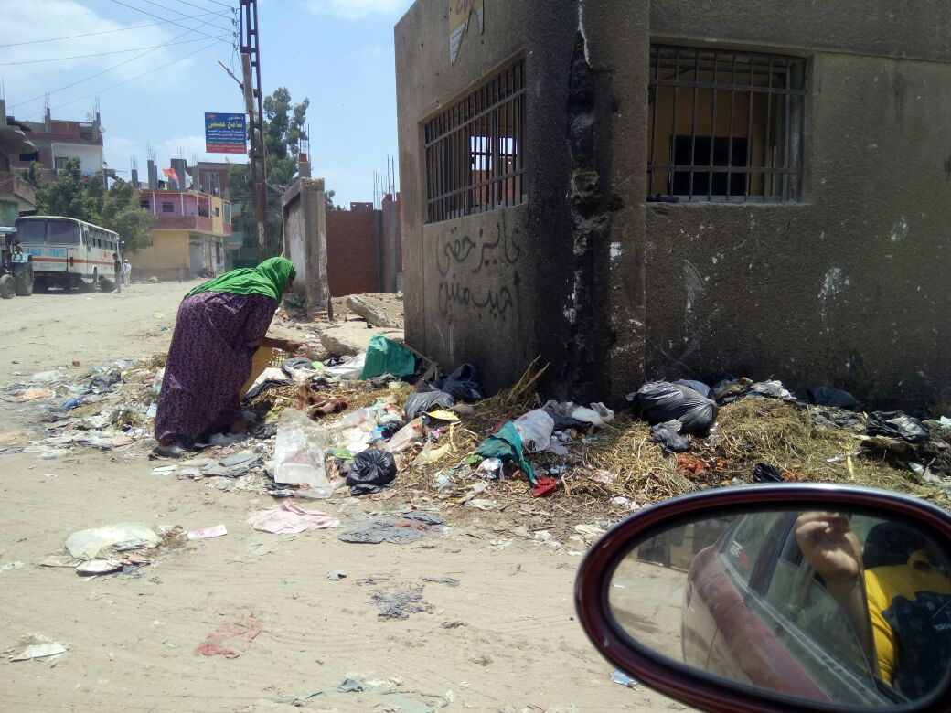 مواطن: القمامة تحاصر مدخل المنطقة الصناعية بقويسنا ومياه الشرب لا تصلح للإستخدام (صور)