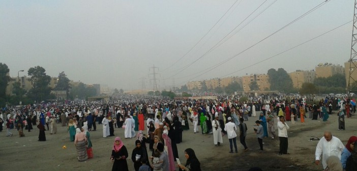 كل عام وأنتم بخير.. الآلاف يصلون العيد بسوق السيارات بمدينة نصر (صور)