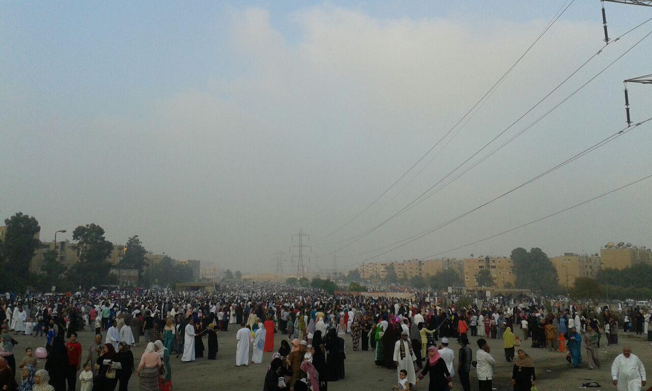 بالصور ..الألاف يؤدون صلاة العيد بسوق السيارات