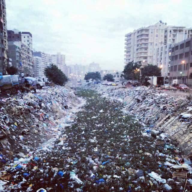 تكدس المخلفات بترعة المحمودية في «غيط العنب» بالإسكندرية (صور)