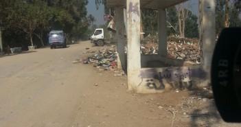 أهالي « أتريس» بالجيزة يجددون شكواهم من إلقاء الوحدة المحلية للقمامة على مدخل القرية