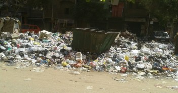 سكان «جسر السويس» يشتكون من تراكم القمامة بالشوارع (صورة)