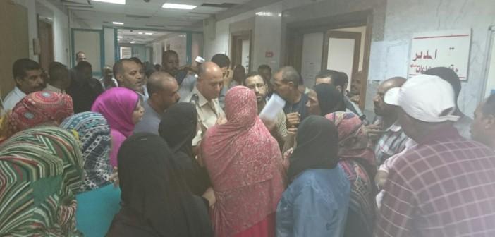 بالصور.. وقفة احتجاجية للعاملين في مستشفى إدفو بسبب تأخر الرواتب