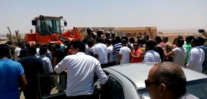 فيديو | أهالي «القادسية» يتصدون لجرافات الإزالة.. ويطالبون بوقف الحملة