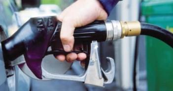 بالصور.. لحظة تهريب البنزين للسوق السوداء من محطة وقود بالمنيا