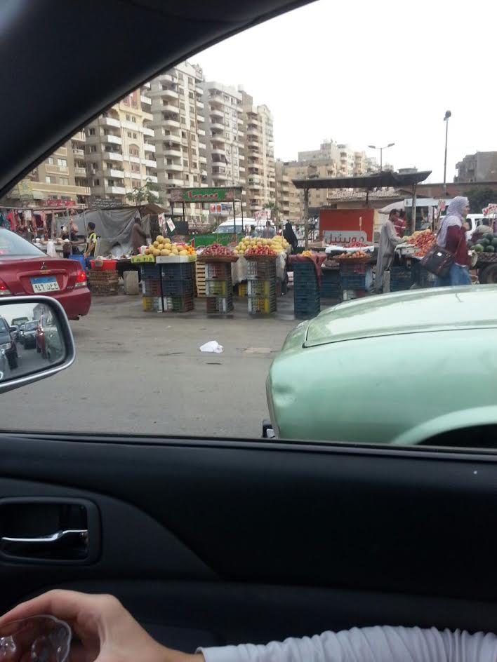 بالصور.. شكوى من انتشار الباعة الجائلين بميدان المنطقة العاشرة بمدينة نصر وتعطيلهم للطريق