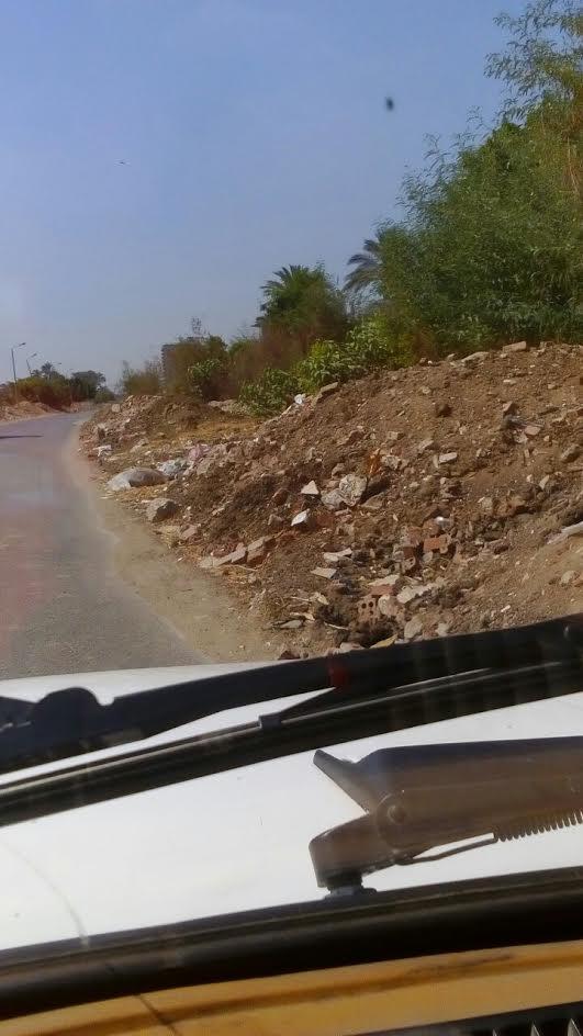 مواطن يطالب بإزالة الردم من على طريق «مصرف اللبينى» لتسببه في حوادث متكررة