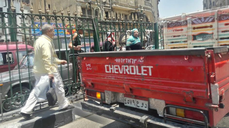 مطالب باستكمال إنشاء كوبري أمام شارع المعز لتخفيف الزحام وتسهيل مرور المواطنين (صور)