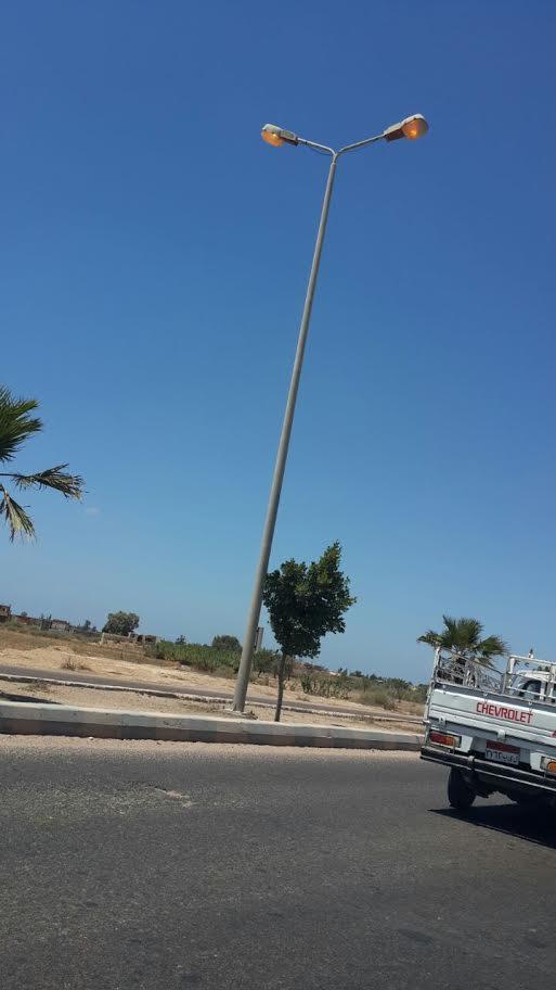 طفي النور ..أعمدة الإنارة بطريق برج العرب مضاءة فى عز الظهر (صور)