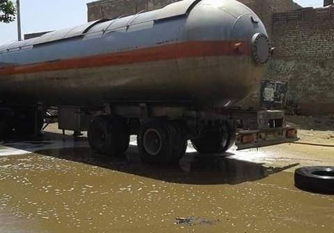 بعد إنقاذ سيارة مُحملة بالوقود.. مطالب بوقف سير النقل بشوارع إدفو