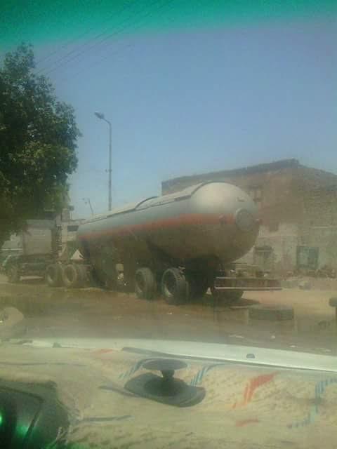بالصور..أهالي «إدفو» يطالبون بمنع سير النقل الثقيل من السير داخل المدينة بعد إنقاذ سيارة نقل بنزين قبل إشتعالها