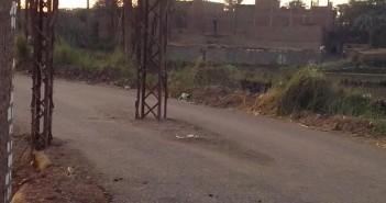 بالصور..عامود ضغط عالي بمنتصف الطريق بإحدى قرى سوهاج ..والأهالي يطالبون بنقلة
