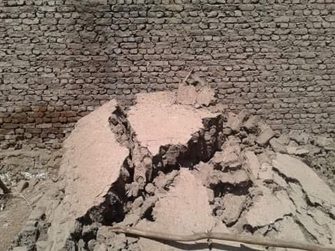 بالصور: انهيار منزل قديم بقرية «الحصايا» مركز إدفو بسبب المياه الجوفية