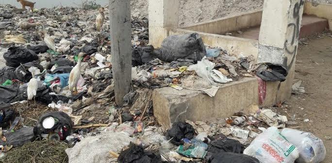 أهالي «أتريس» بالجيزة يتهمون الوحدة المحلية بإلقاء القمامة في النيل (صور)