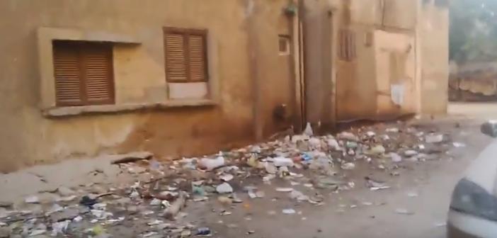 مواطن يرصد أزمة القمامة وطفح الصرف في المساكن الشعبية بالقناطر الخيرية (فيديو)