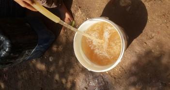 بالصور.. «عرب الشرفا» بالجيزة يشربون مياه صفراء كريهة الرائحة