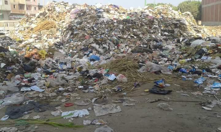 أهالي «أوسيم» يطالبون محافظ الجيزة بحل مشكلة القمامة المنتشرة في شوارع المدينة (صور)