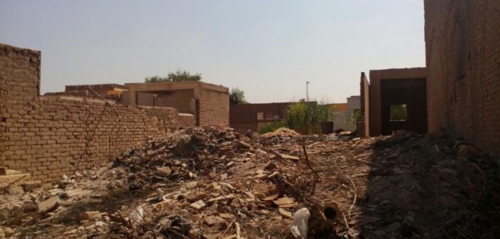 فيديو وصور.. التعدي على حرم مقابر البساتين بإلقاء مخلفات الهدم والبناء
