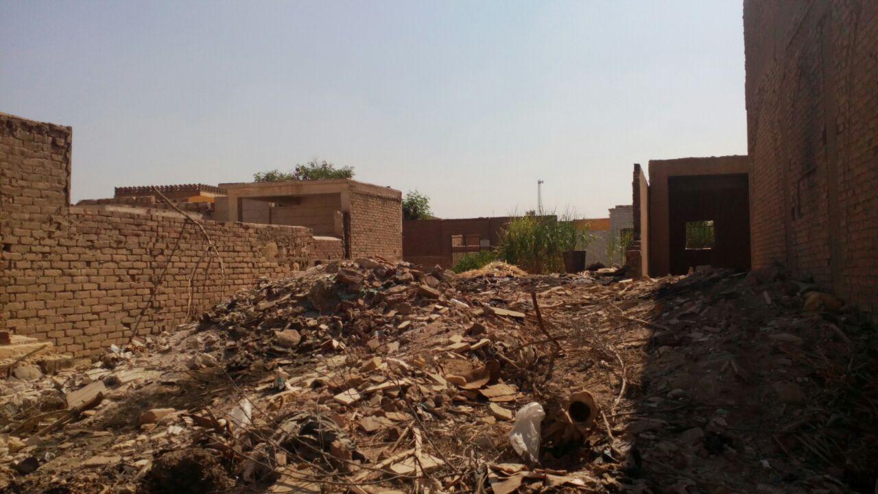 بالفيديو والصور إلقاء مخلفات الهدم والبناء فى مقابر البساتين «يزعجون الموتي في غياب الأحياء»