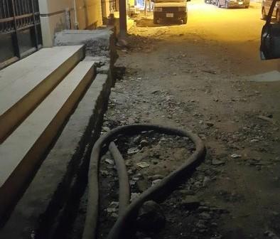 سكان شارع مستشفى أسيوط يطالبون بإعادة رصفه بعد ما شهده من حوادث