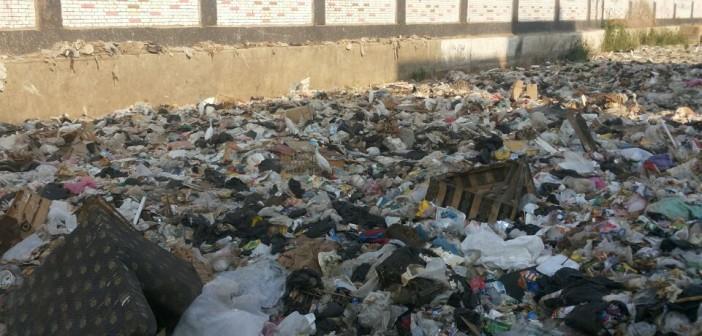 تجمعات للقمامة والمخلفات قرب مترو جامعة القاهرة (صور)
