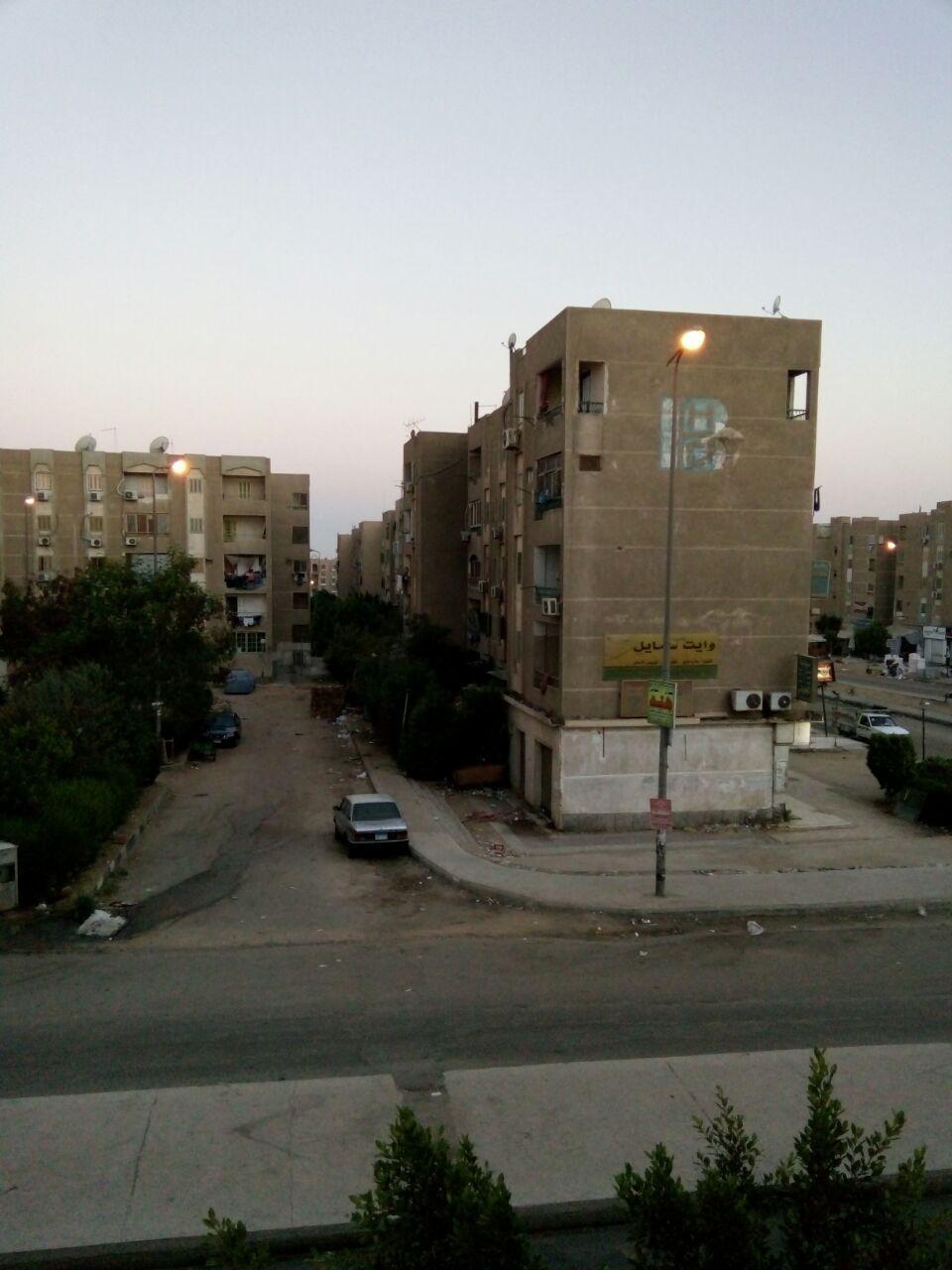 طفوا النور.. شوارع التجمع الأول بالقاهرة الجديدة مضاءة نهارًا (صورة)