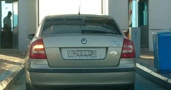 على بوابات الصحراوي.. سيارة دون لوحات لم يتم توقيفها (صورة)