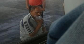 سائق أتوبيس يشعل السجائر في إحدى محطات الوقود أمام ماكينة ضخ البنزين (صور)