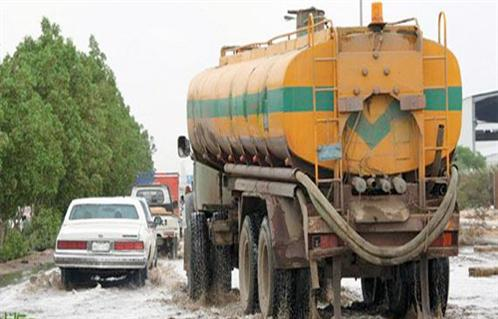 مواطن يشكو إلقاء سيارات حكومية مخلفات الصرف على طرق بسوهاج