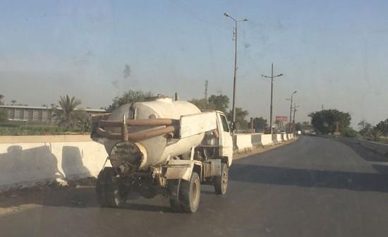 فيديو | سيارة تفرغ مخلفات الصرف في ترعة «أبو رجوان» بالبدرشين ✋