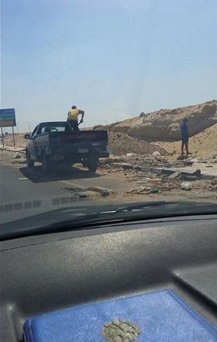 بالصور.. سيارة شرطة تفرغ مخلفات البناء على طريق المشير محمد علي فهمي