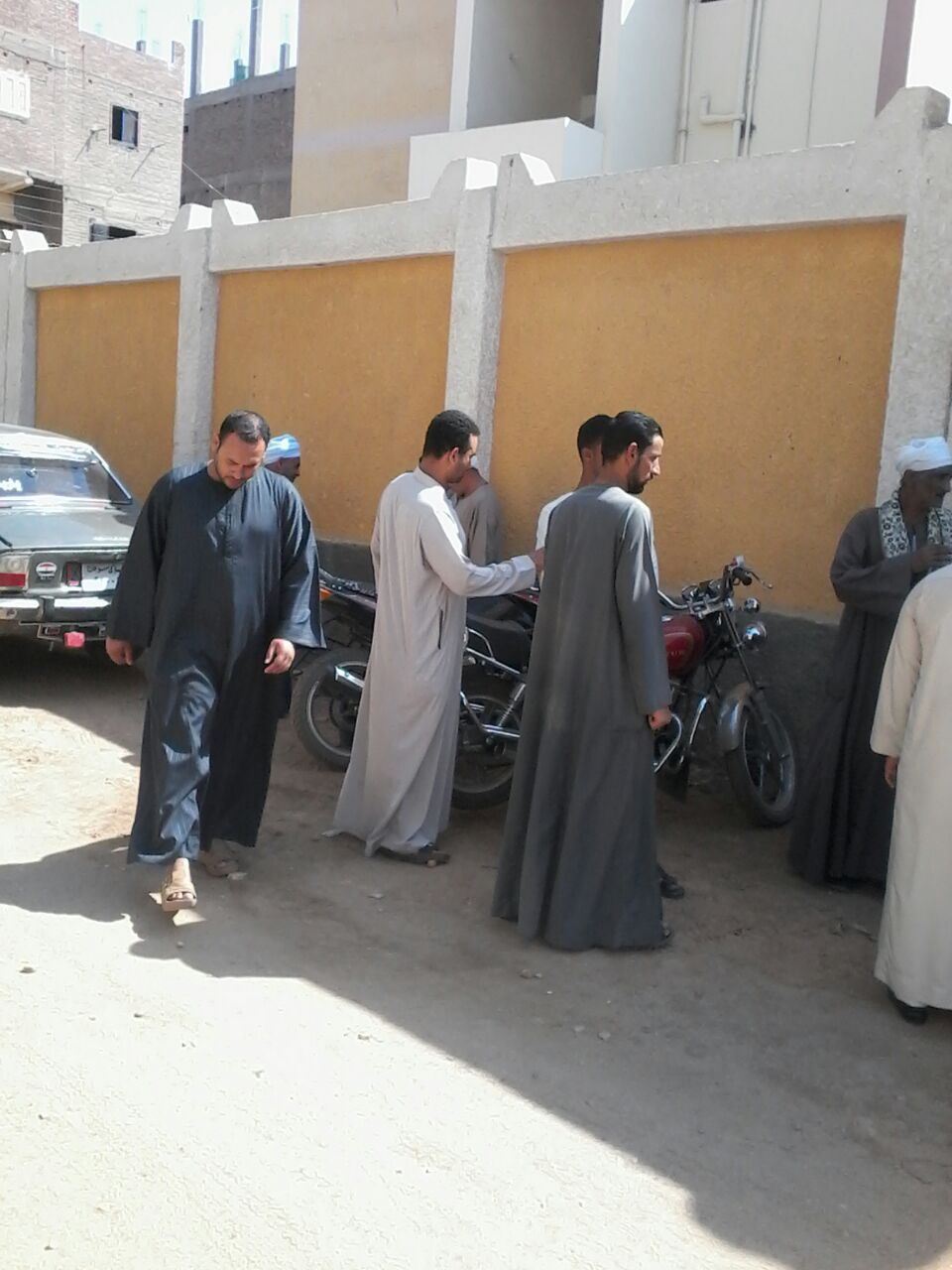 وقفة احتجاجية لأهالى «نجع القلعاية» بسوهاج للمطالبة بتركيب محولات كهربائية جديدة