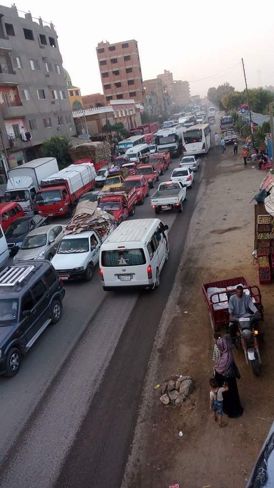 أهالي «كفر حمزة» يطالبون محافظ القليوبية بالتدخل وحل أزمة الزحام والحوادث أمام مدخل القرية (صور)