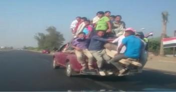 فيديو.. نصف نقل تسير بسرعة جنونية.. وتحمل على متنها عمالا بينهم أطفال