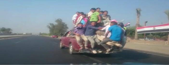 بالفيديو.. نصف نقل تسير بسرعة جنونية.. وعلى متنها عمال بينهم أطفال
