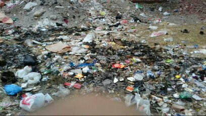 بالصور.. قمامة وطفح مجاري بشوارع في بشتيل