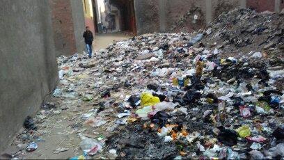بالصور.. قمامة وطفح للصرف الصحي بشوارع في بشتيل