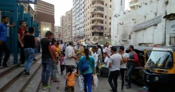 بالصور.. التوك توك يغلق محيط مترو عزبة النخل.. ويعرقل حركة المواطنين