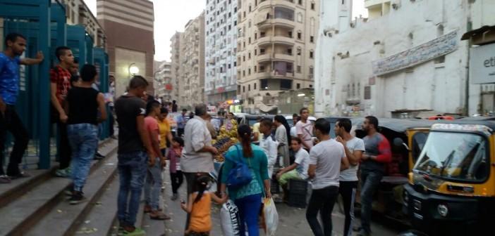 صور | التوك توك يغلق محيط مترو عزبة النخل.. ويعرقل حركة المواطنين