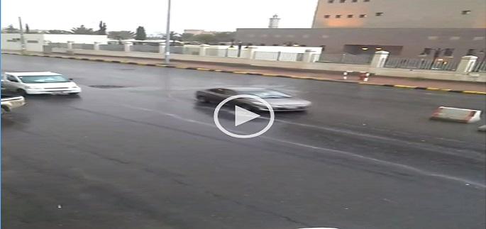 فيديو.. سقوط أمطار غزيرة على خميس مشيط جنوبي السعودية