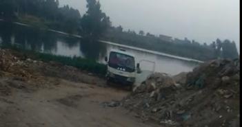 بالفيديو.. سيارة تلقي بمياه الصرف الصحي بمياه النيل في قرية «الخطاطبة» محافظة المنوفية
