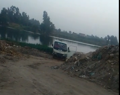 ▶️فيديو | سيارة تفرغ مخلفات الصرف في ترعة كبيرة بالمنوفية