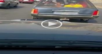 سيارة بدون لوحات معدنية عً الإسكندرية الصحراوي فى غياب المرور (فيديو)