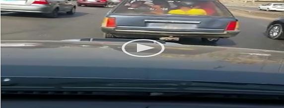 ▶️ملاكي تتحرك عَ الدائري بدون لوحات في غياب المرور (فيديو)