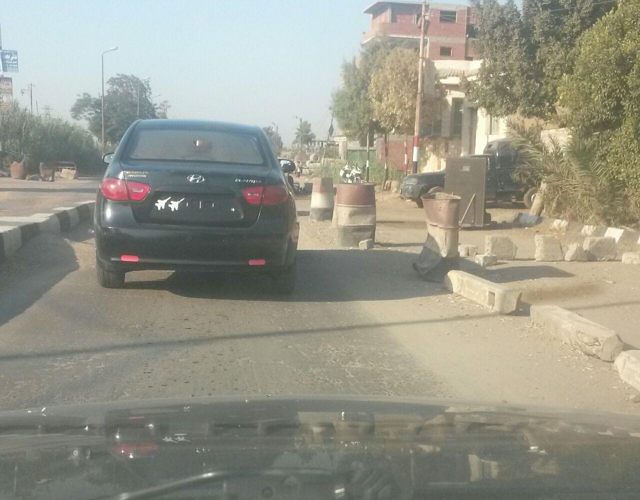 سيارة تسير بدون نمر أمام لجنة مرور منيا القمح بمحافظة الشرقية دون إعتراض المسئولين عن الكمين (صور)