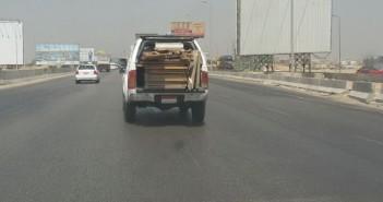 بالصور.. حمولة زائدة من الأخشاب على سيارة نصف نقل.. ومواطنة: الدائري فوضى