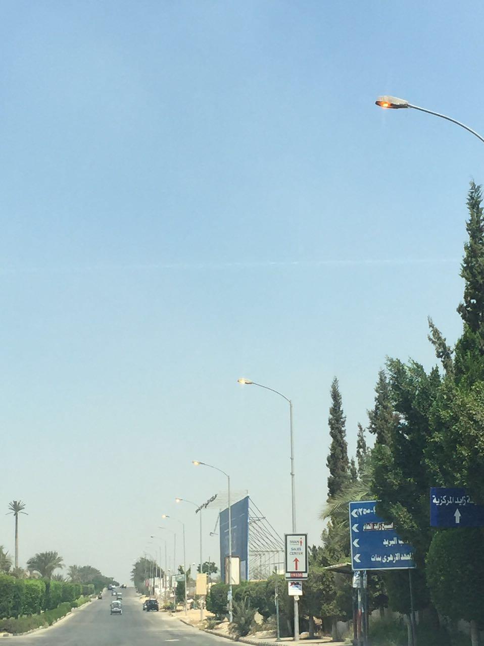 «الكهرباء» ترفع أسعارها.. وتترك الشوارع أعمدة الإنارة مُضاءة نهارًا (صورة)