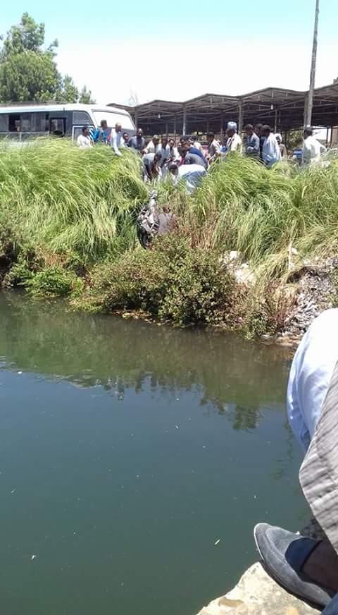 أسوان| مواطن يقفز بالموتسيكل في ترعة للهروب من لجنة المرور (صور)