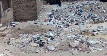 أهالي «الشعارين» يطالبون مسئولي محافظة قنا بحل مشكلة القمامة فى القرية «هل من منقذ» (صور)